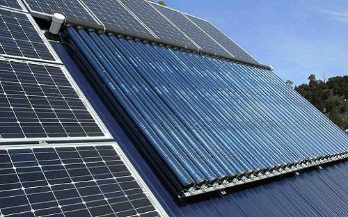 kolektory słoneczne na dachu domu, zainstalowane wraz z panelami fotowoltaicznymi