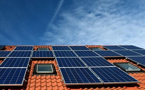 panele solarne na dachu domu