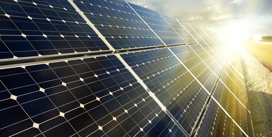rząd paneli fotowoltaicznych, zainstalowanych dla celów przemysłowych